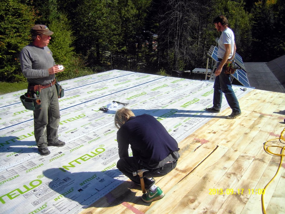 INTELLO Plus airtight layer layed out over vapor open roof sheathing
